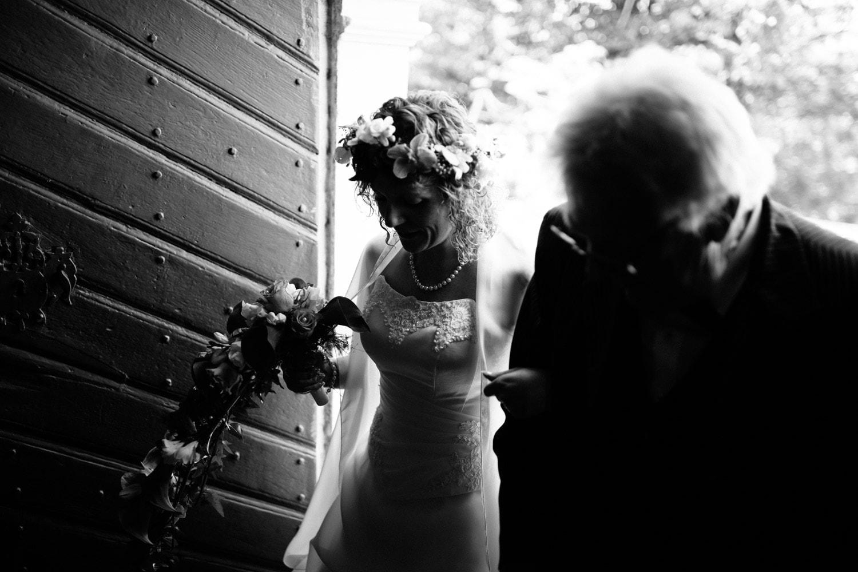Wunderschöne kirchliche Hochzeit in Grevenmacher an der Mosel, in kontrastreichem Schwarz-Weiß look fotografiert