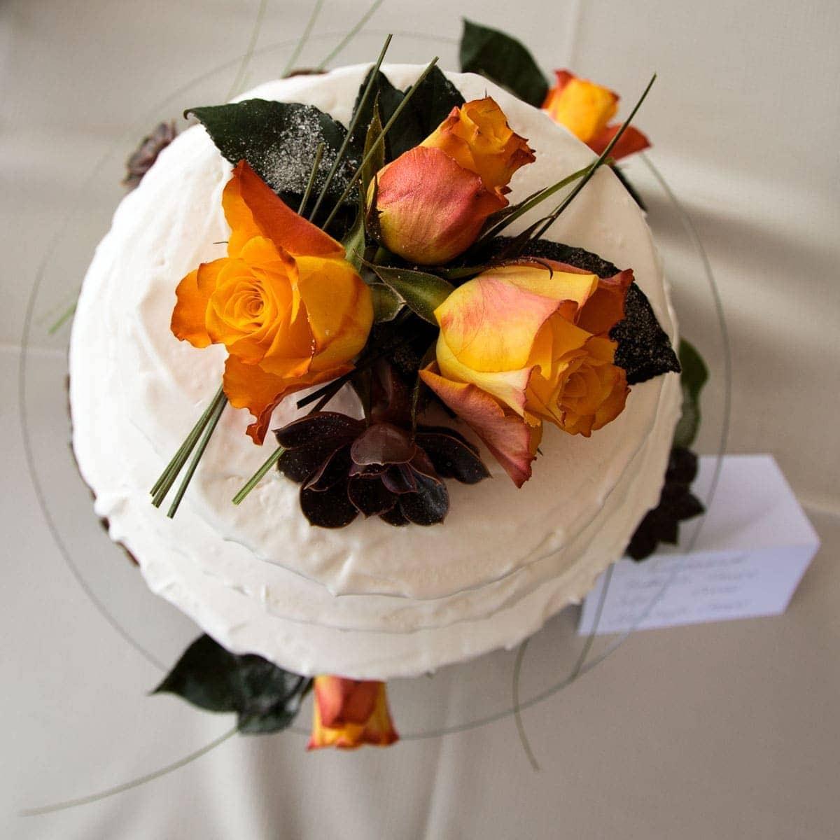 Fotografie einer edlen Hochzeitstorte mit Blumenornamenten