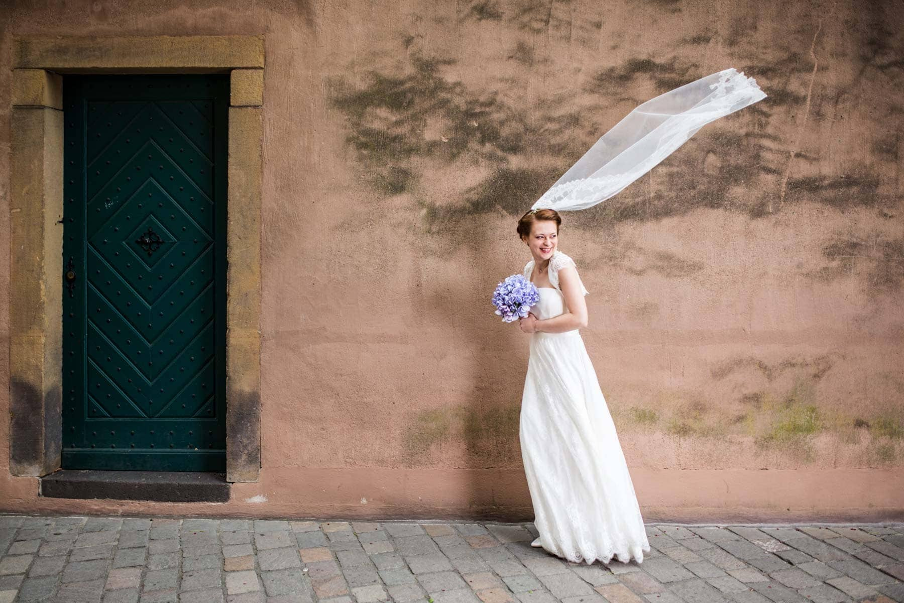 Fotoshooting Braut mit Schleier am Dom