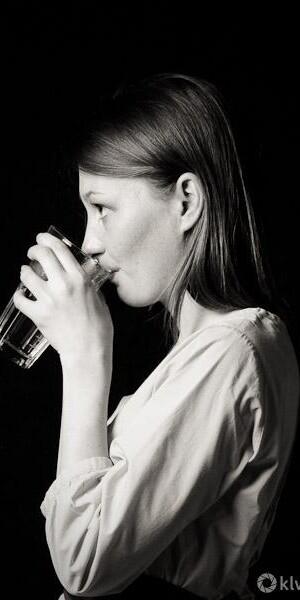 schwarz weiß porträt einer trinkenden frau