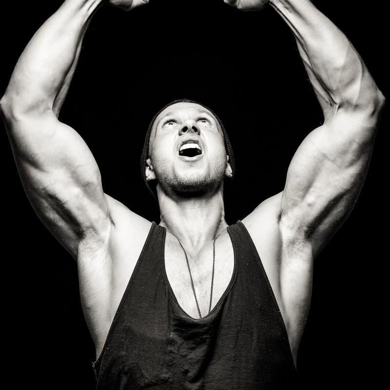 schwarz weiß porträt eines mannes mit muskulösem oberkörper