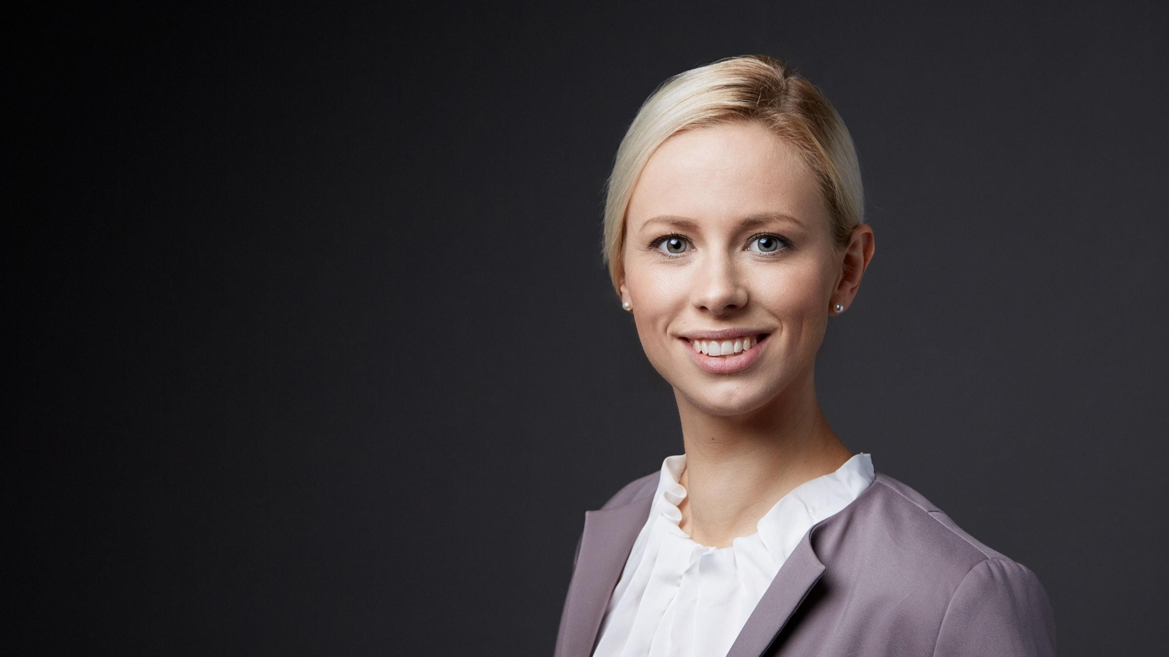 Professionelles Bewerbungsfoto einer Frau im Querformat aus dem Fotostudio Trier