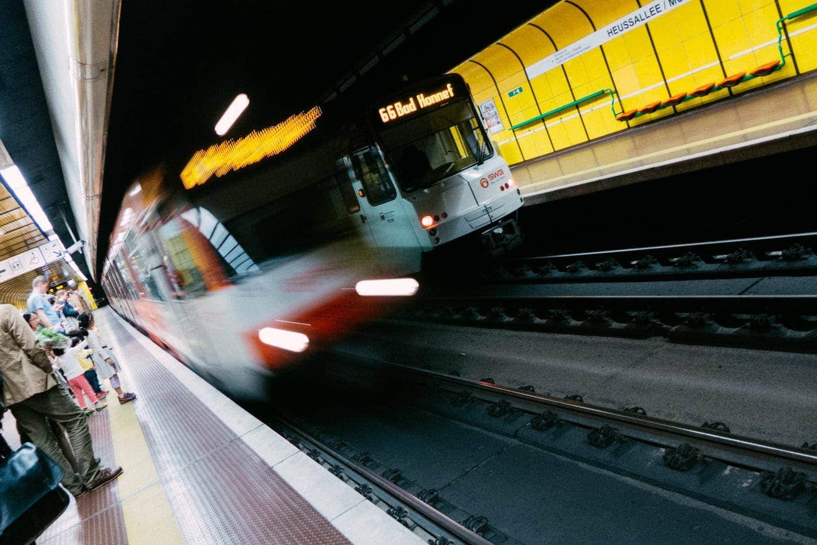 Ein Zug der Bonner Stadtbahn fährt in die Haltestelle Heussallee Museumsmeile ein