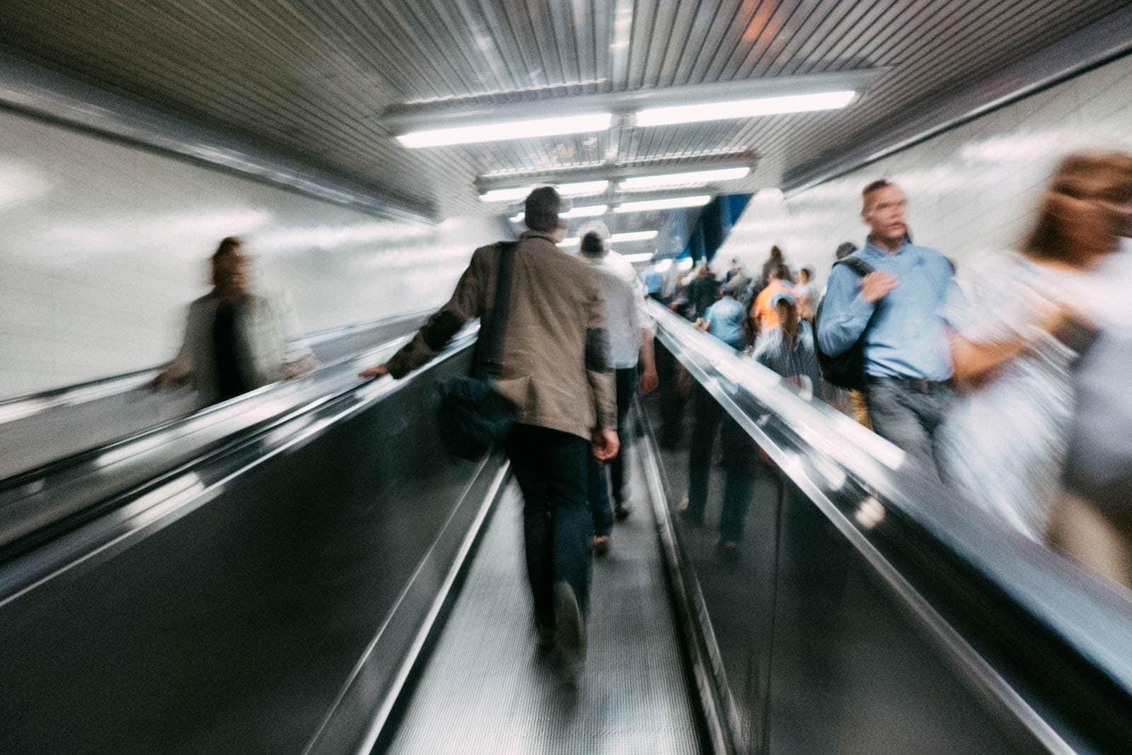 Menschenmenge auf einem Fahrsteig in der Bonner U-Bahn
