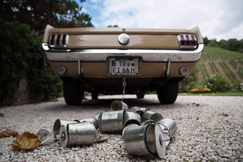 Blechdosen am Ford Mustang by Hochzeitsfotograf Trier Kliewer