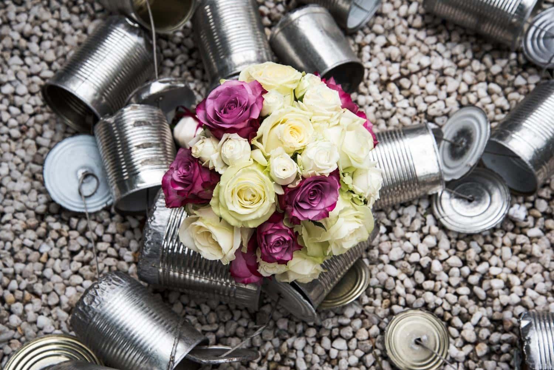Brautstrauss und Blechdosen fotografiert vom Hochzeitsfotograf Trier David Kliewer