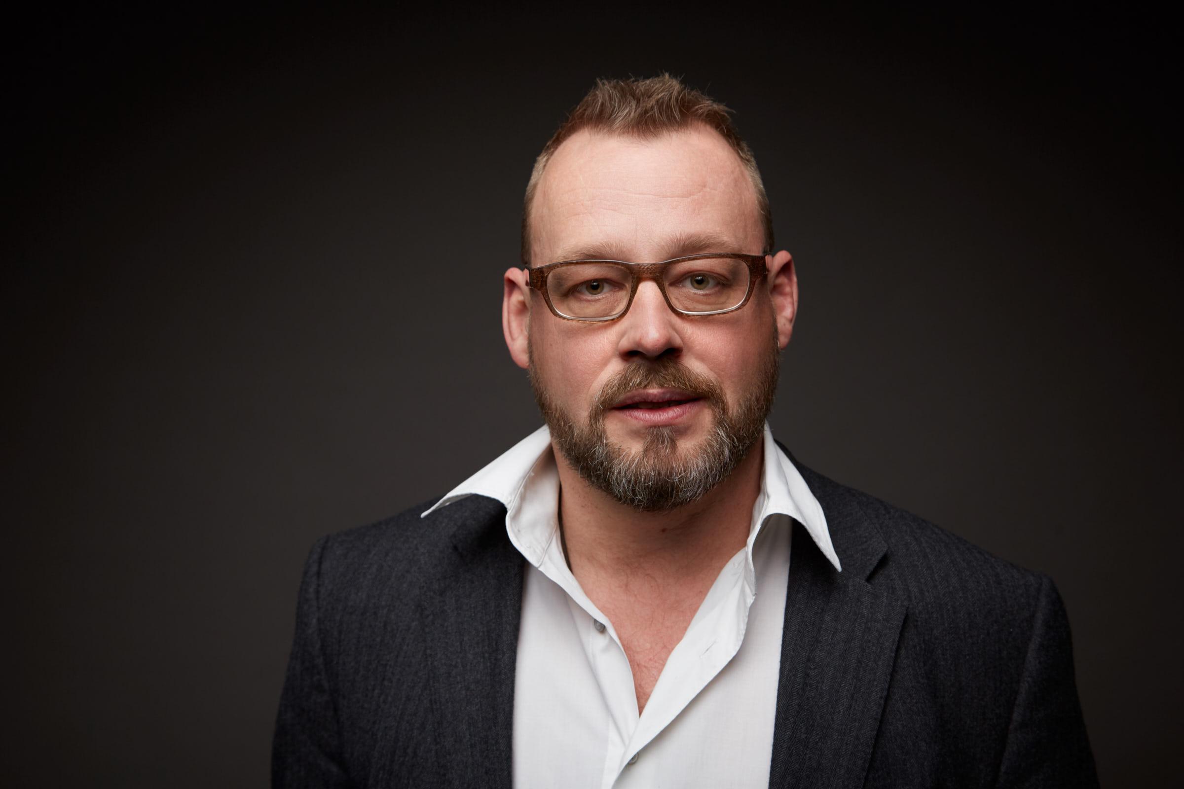 Profesionelles Portrait des freien Trierer Architekten Uwe Siemer, entstanden im Fotostudio von Kliewer Fotografie
