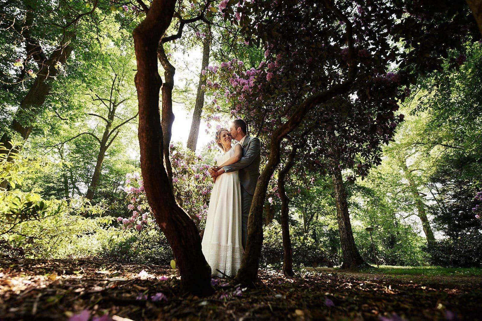 brautpaar unter märchenhaften bäumen fotografiert im nells park trier