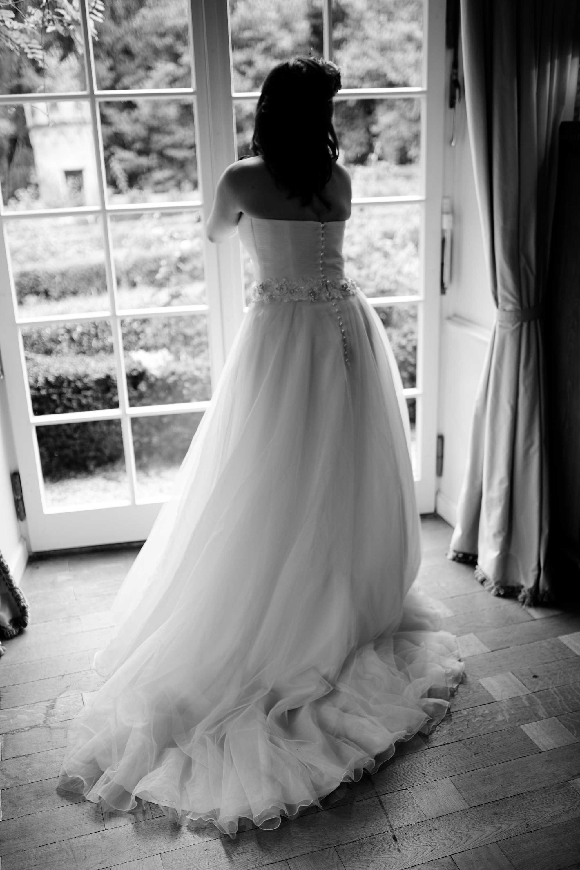 Schwarz Weiß Hochzeitsfoto einer Braut am Fenster