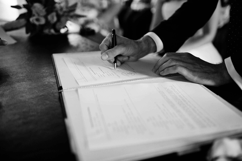 Unterzeichnung des Ehevertrages, Hochzeitsreportage am Weingut Grünhaus bei Trier Mertesdorf