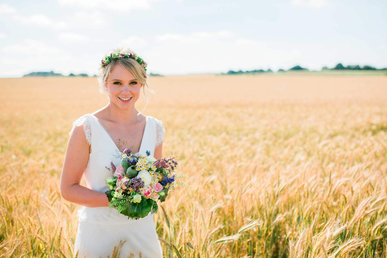 Brautfoto im Kornfeld bei Sonnenschein im Saarland