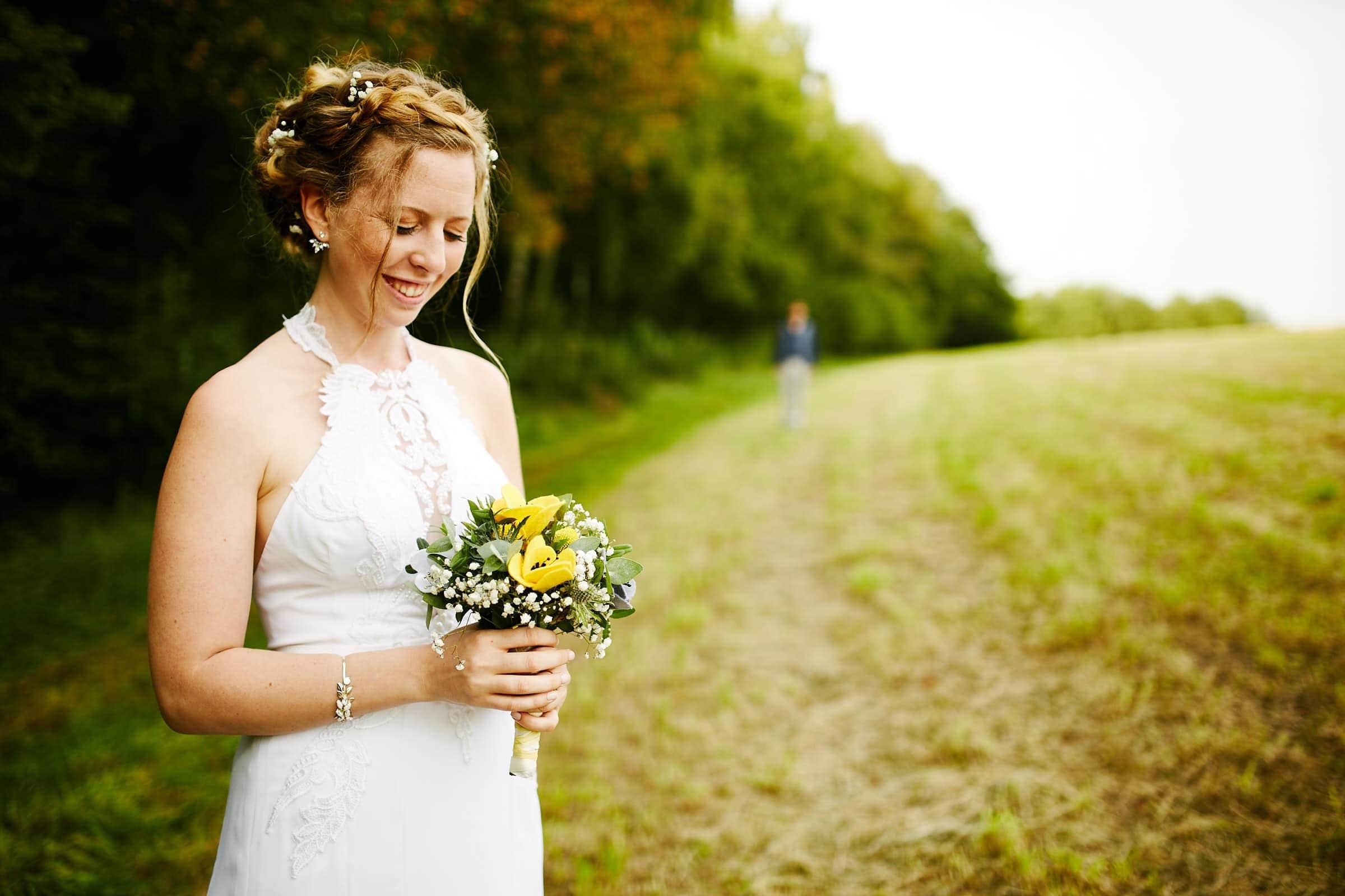 Lachende Braut mit Strauß Jüdische Hochzeit Tagesreportage im Saarland
