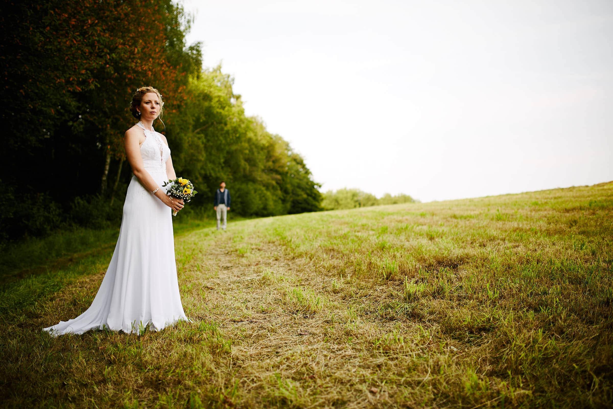 Braut mit Blumenstrauss Jüdische Hochzeit Tagesreportage im Saarland
