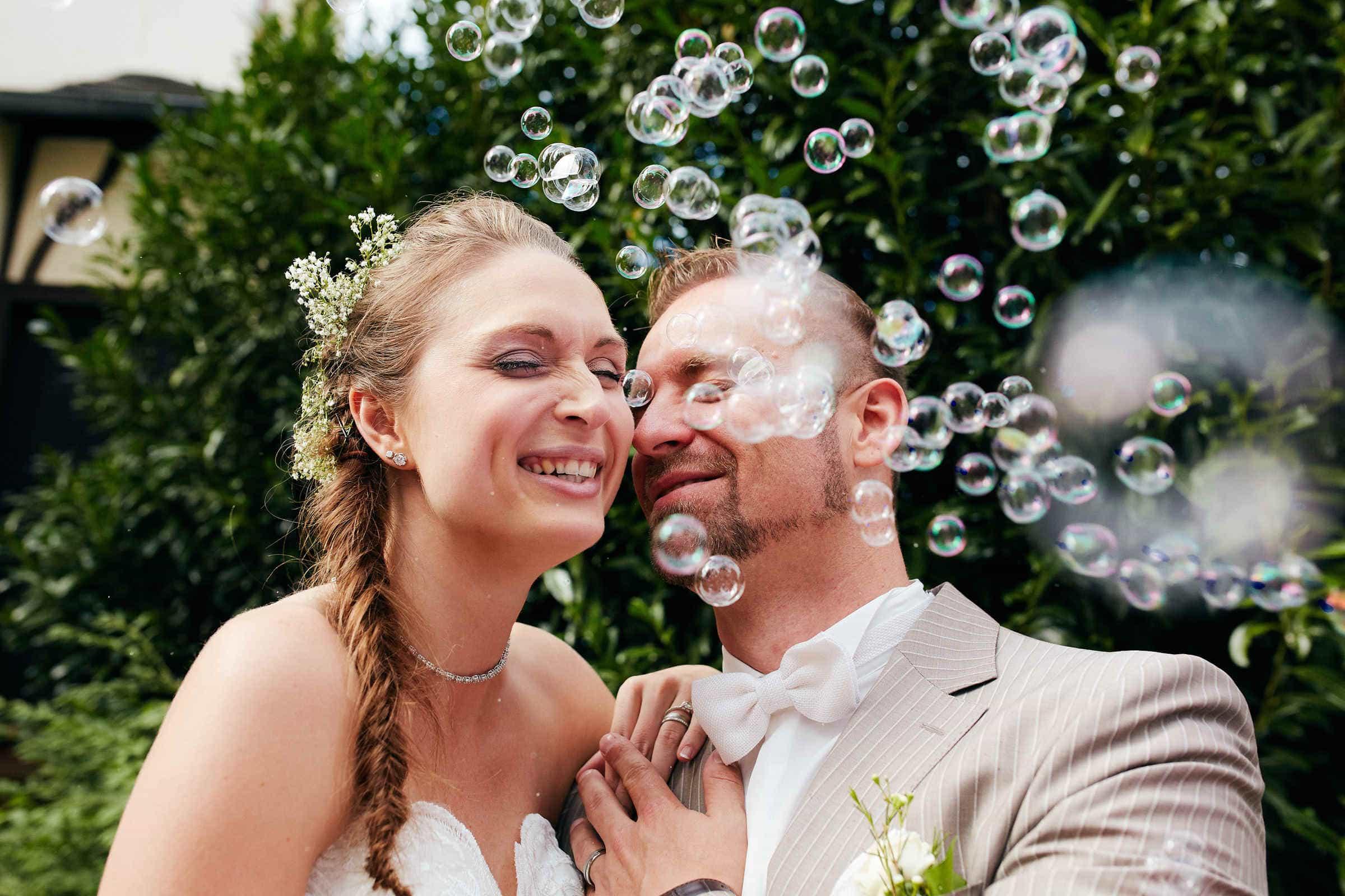 Lachendes Brautpaar und Seifenblasen