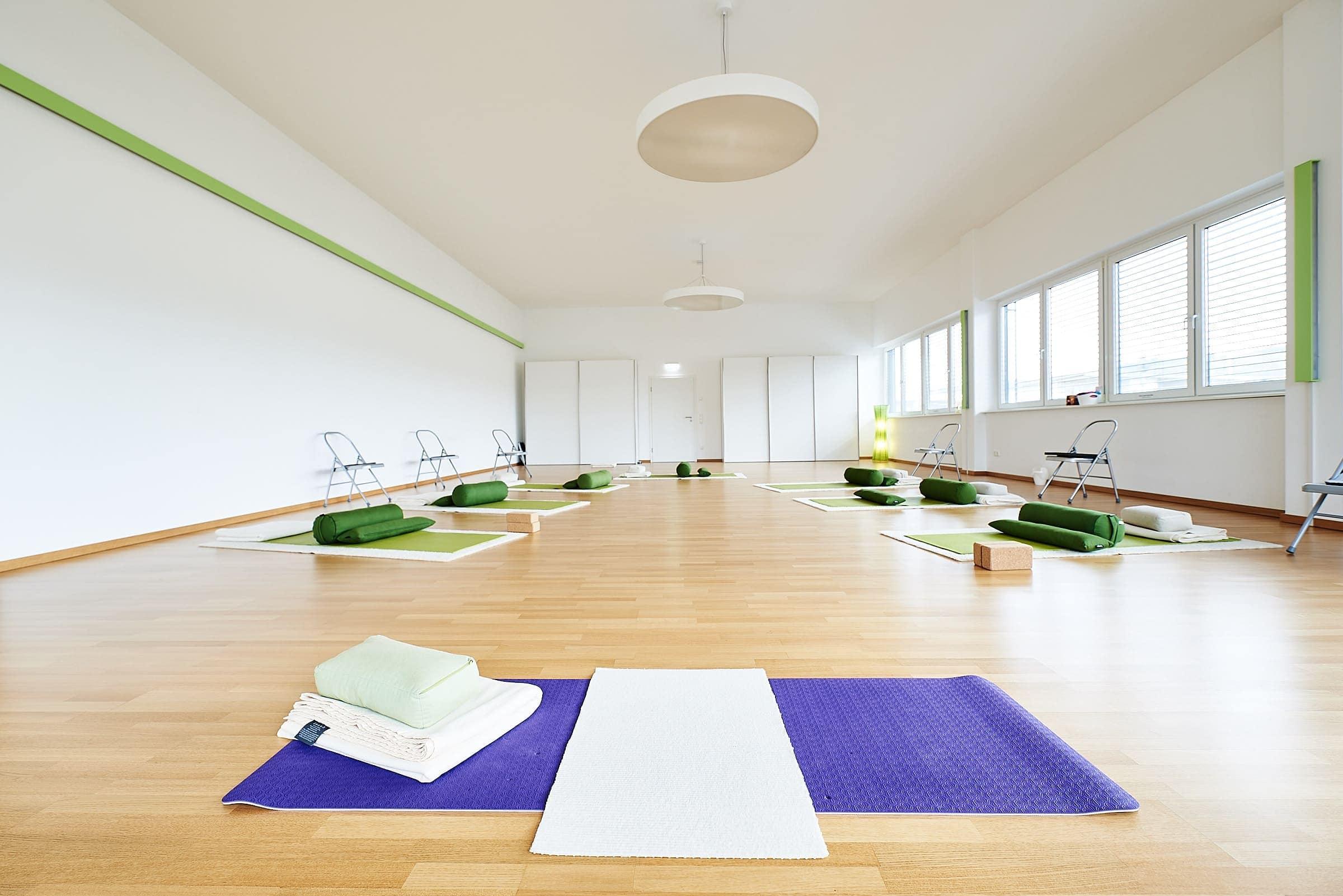 Innenaufnahme des Yogaraums im Weitwinkel