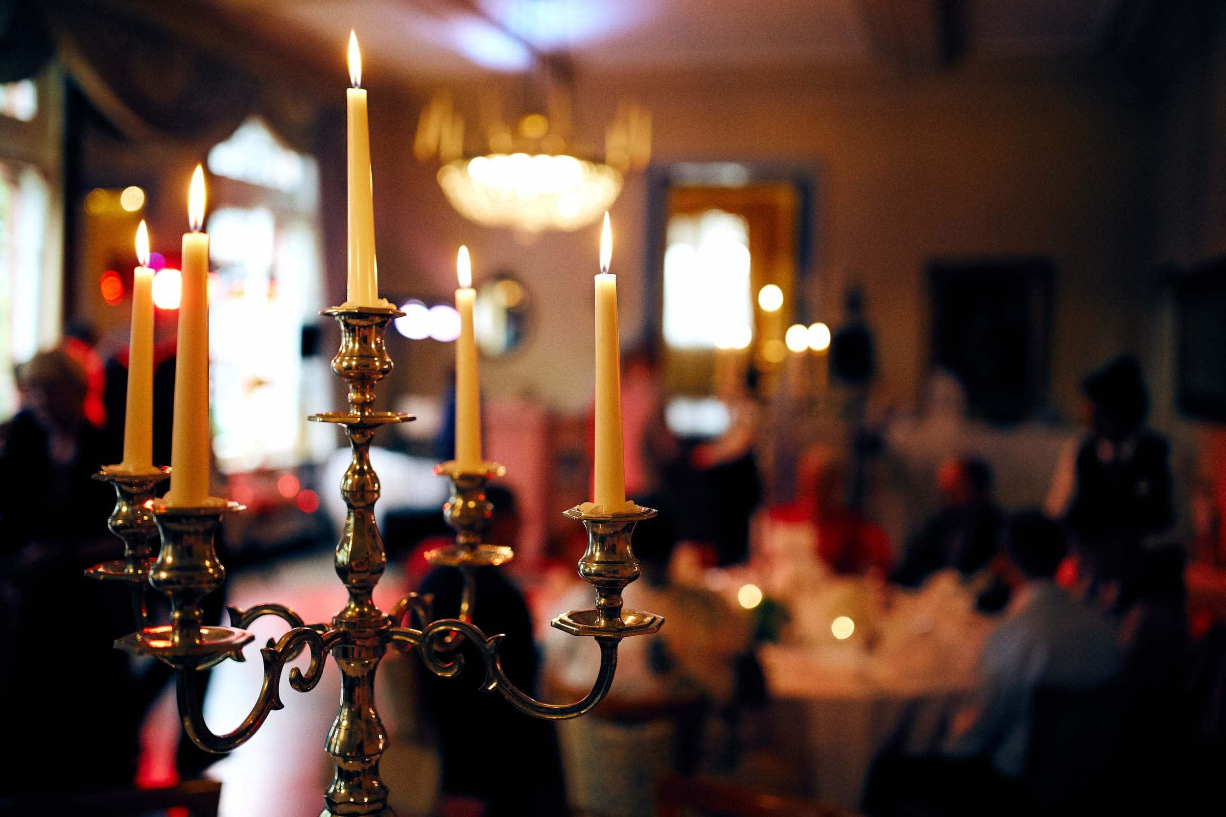 Gesellige Hochzeitsfeier bei Kerzenschein im Weinromantikhotel Richtershof, fotografiert vom Fotograf für Hochzeiten in Trier