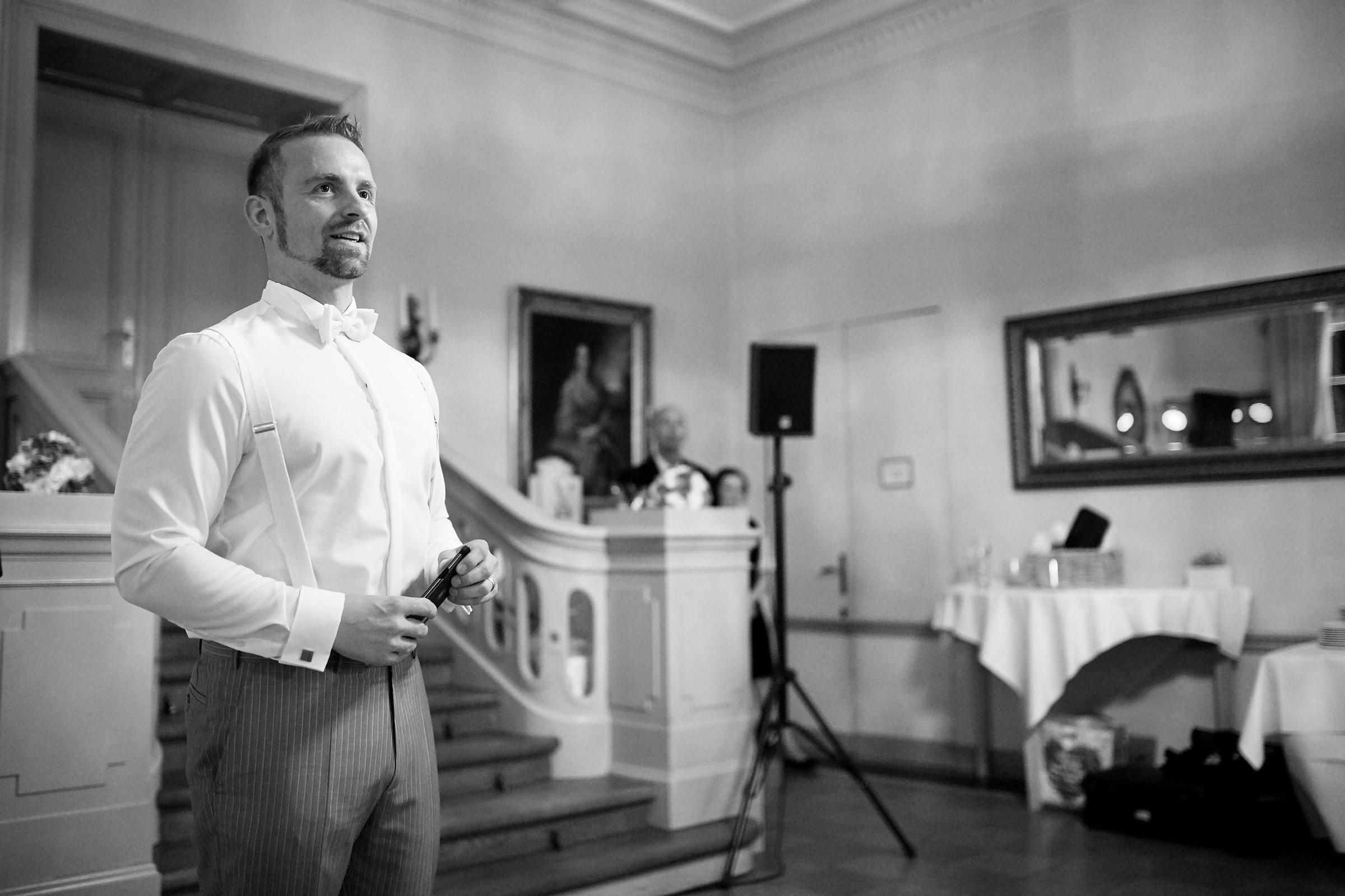 Fotografische Dokumentation der Dankesrede eines Bräutigams während der Hochzeitsfeier am Weinromantikhotel Richtershof