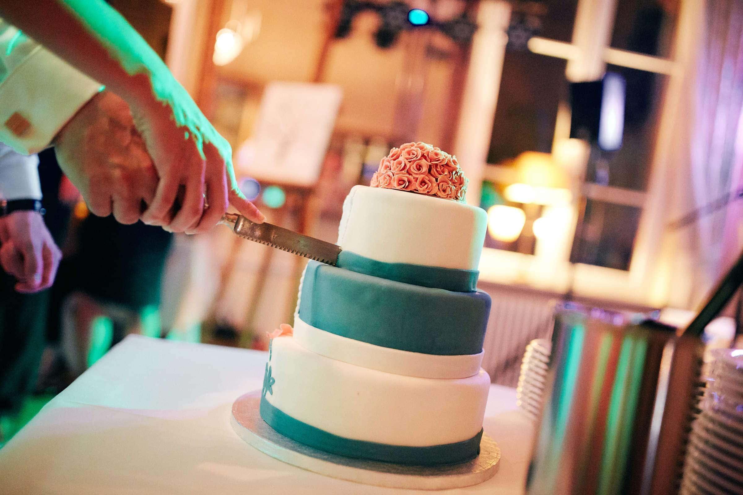 Anschnitt Hochzeitskuchen im Weinromantikhotel Richtershof