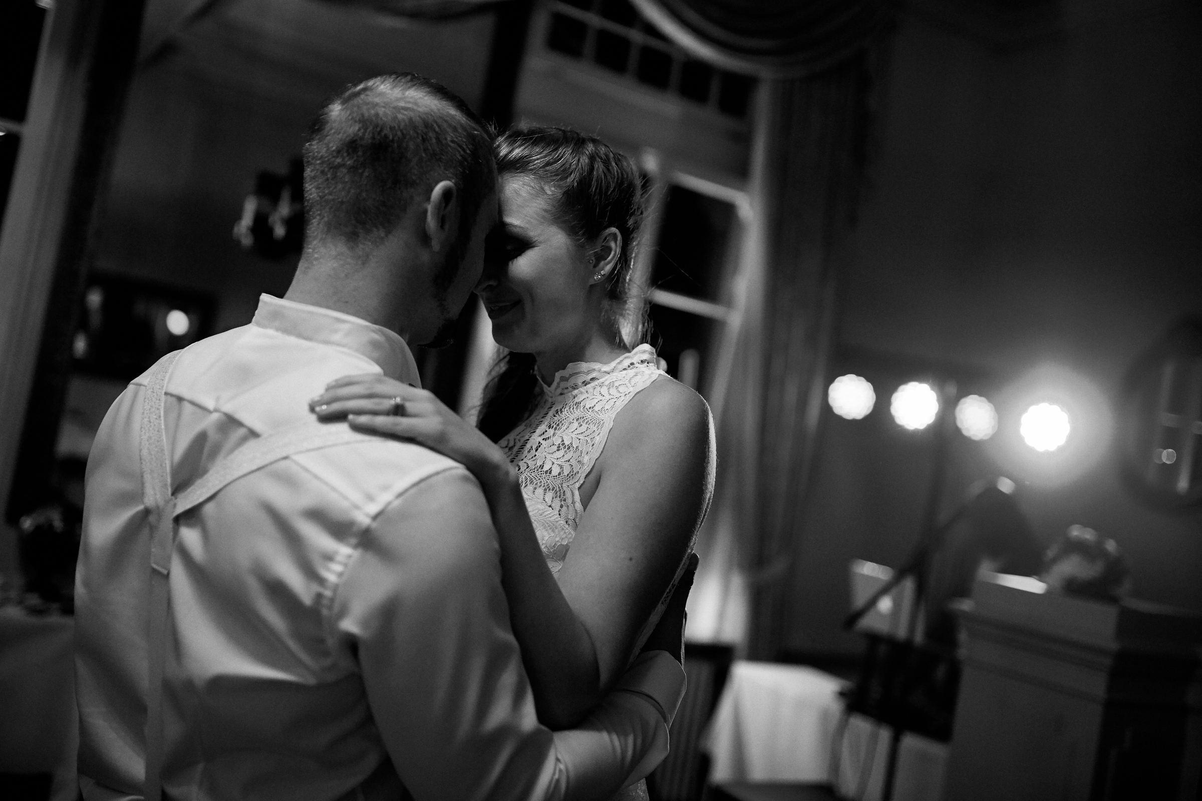 Foto einer Hochzeit mit Brauttanz im Weinromantikhotel Richtershof in Mülheim