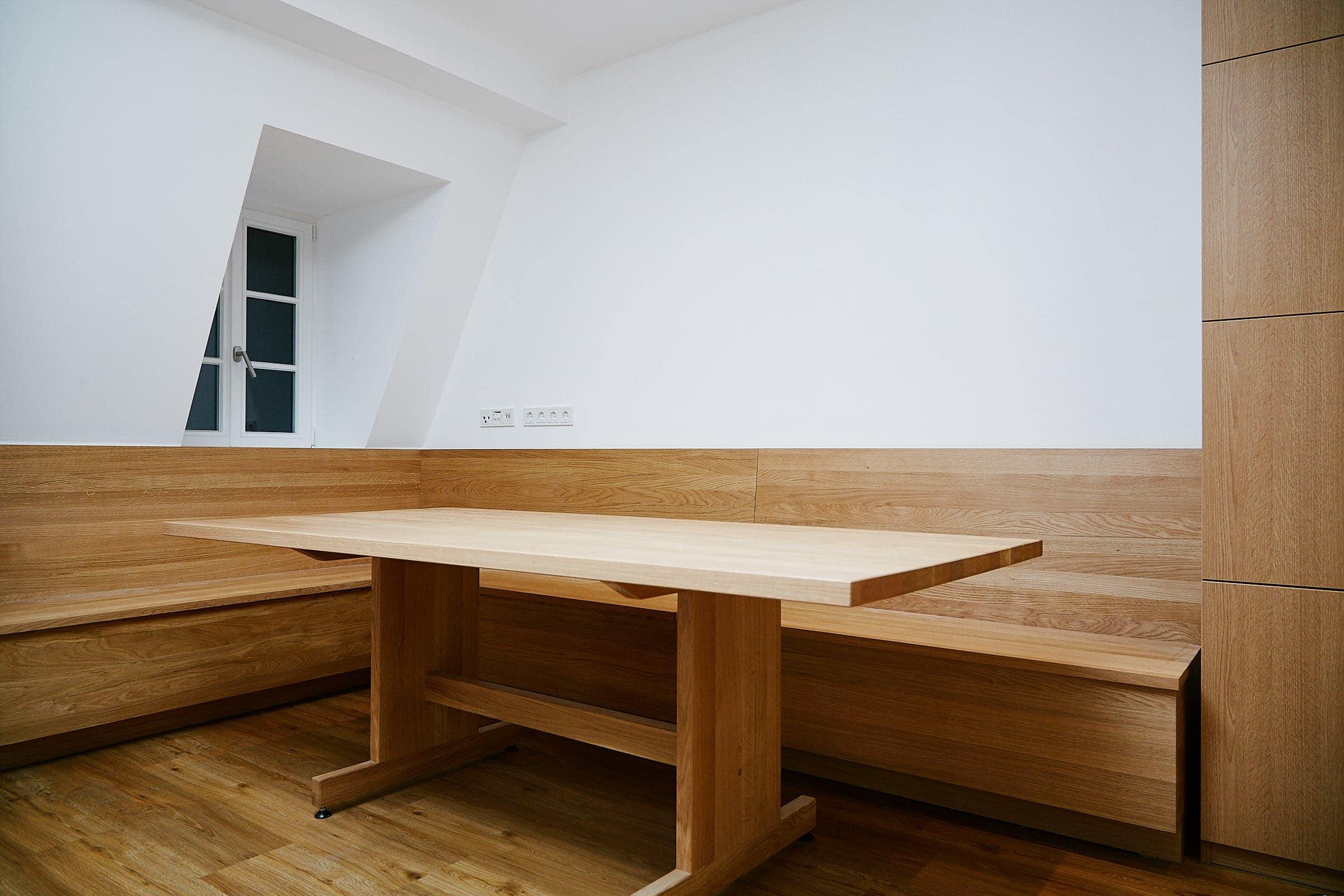 Holzmöbel in einer modernen Küche
