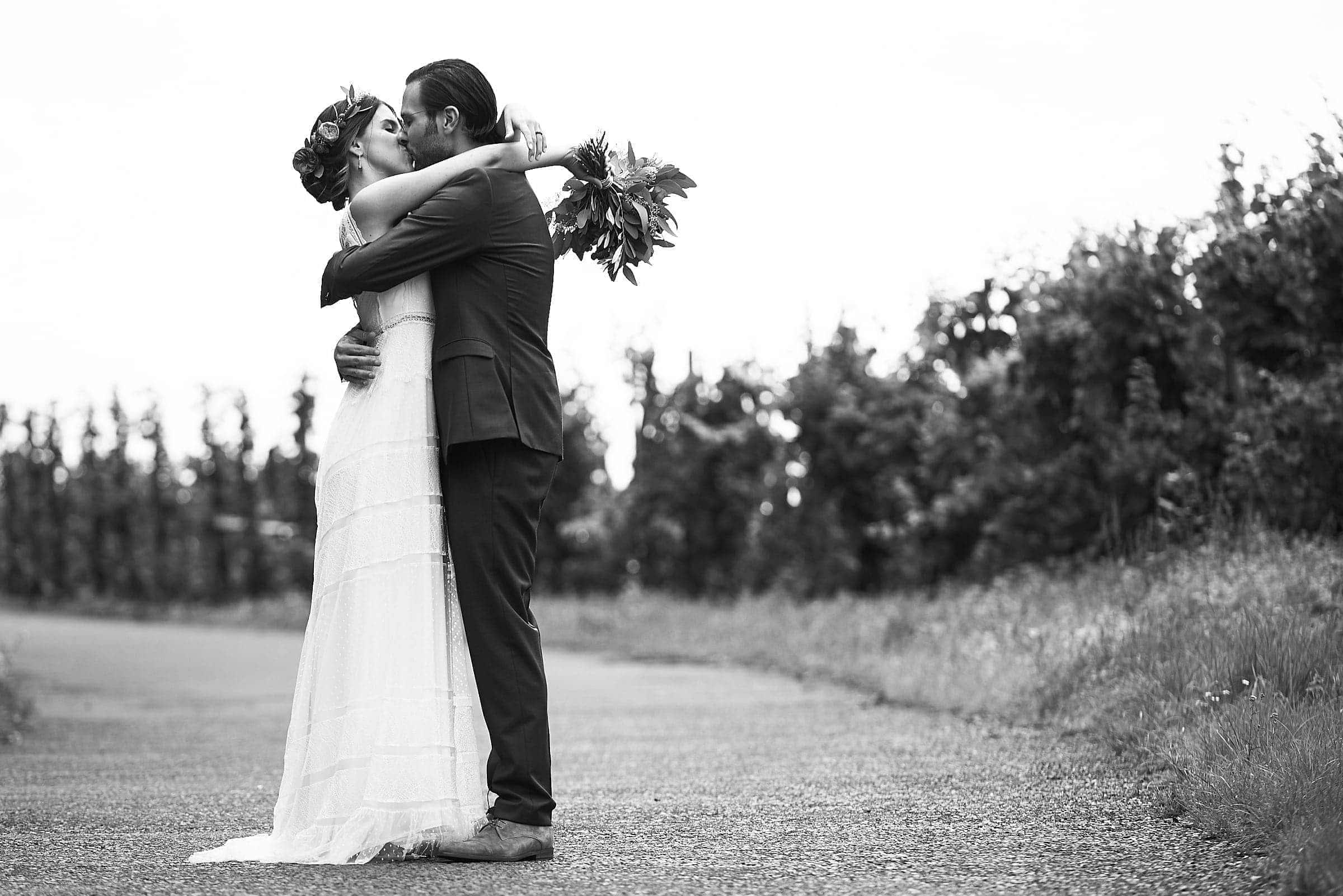 Ungestellte Hochzeitsfotos in Farbe und Schwarz-Weiß, mit Hingabe erstellt von ihrem Hochzeitsfotograf aus Trier