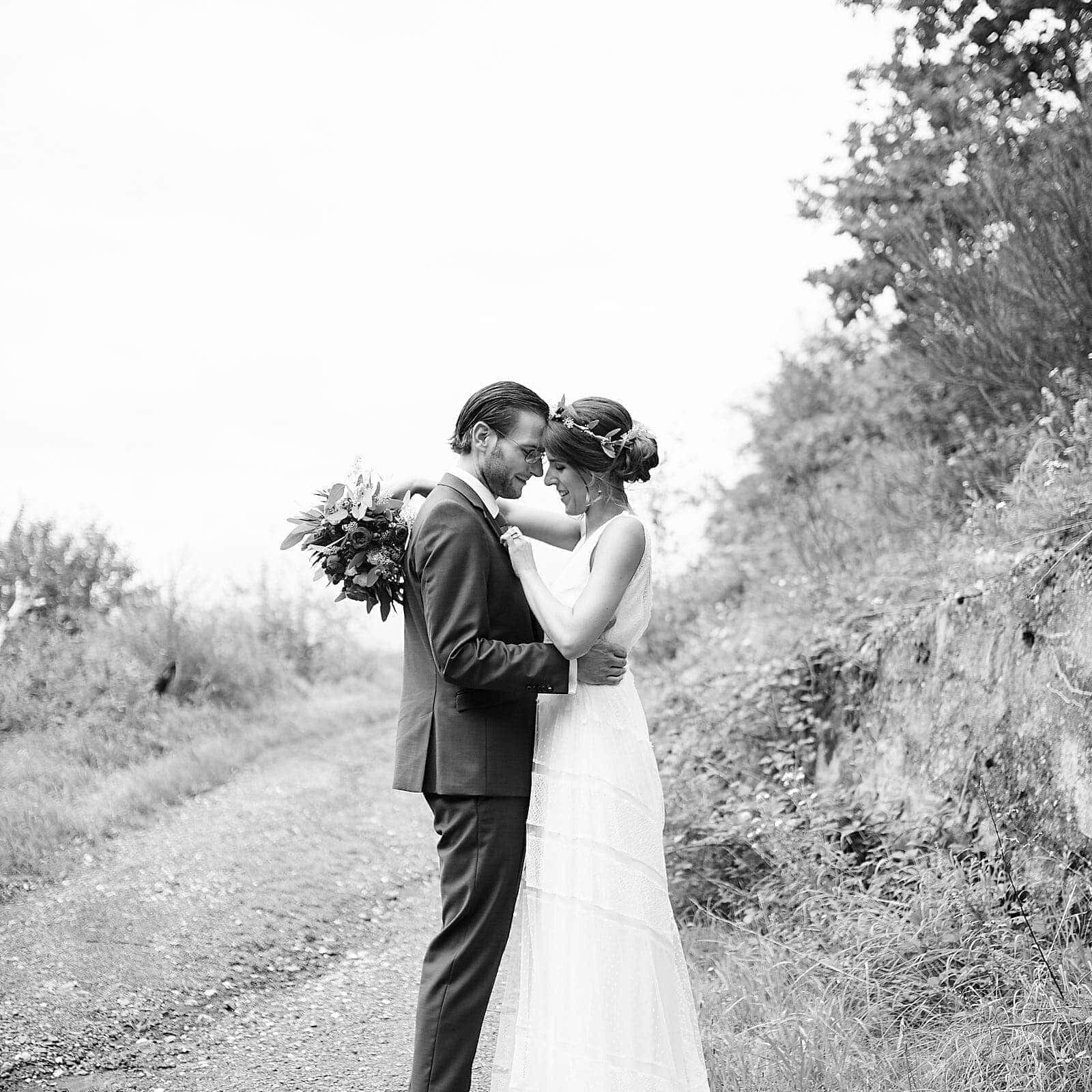 Schwarz Weiß Fotoshooting mit Brautpaar im Weinberg