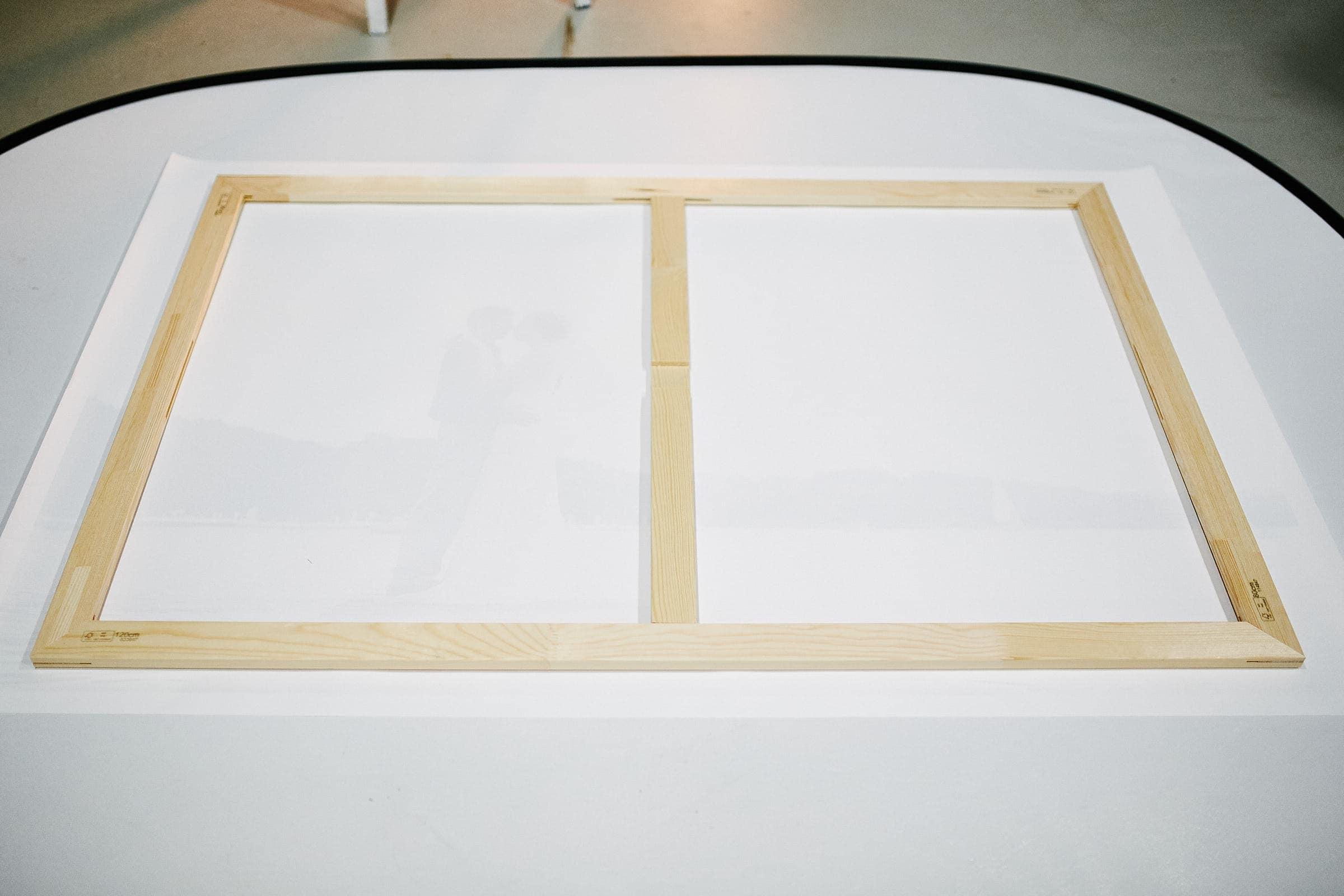 Ausrichtung einer bedruckten Fotoleinwand im Fotostudio von Kliewer Fotografie