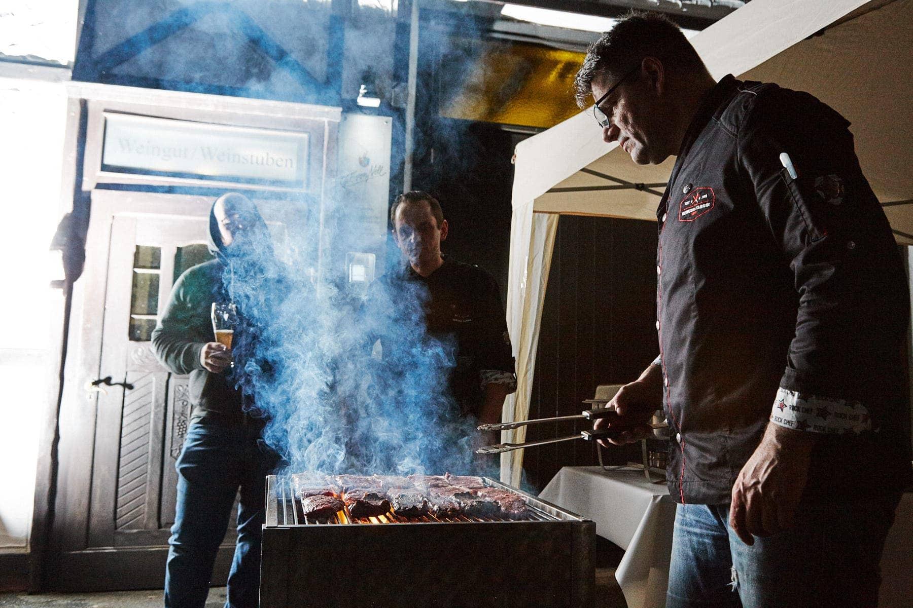 Steak vom Grill beim Tasting Event der Genussfabrik Trier am Weingut Georg von Nell