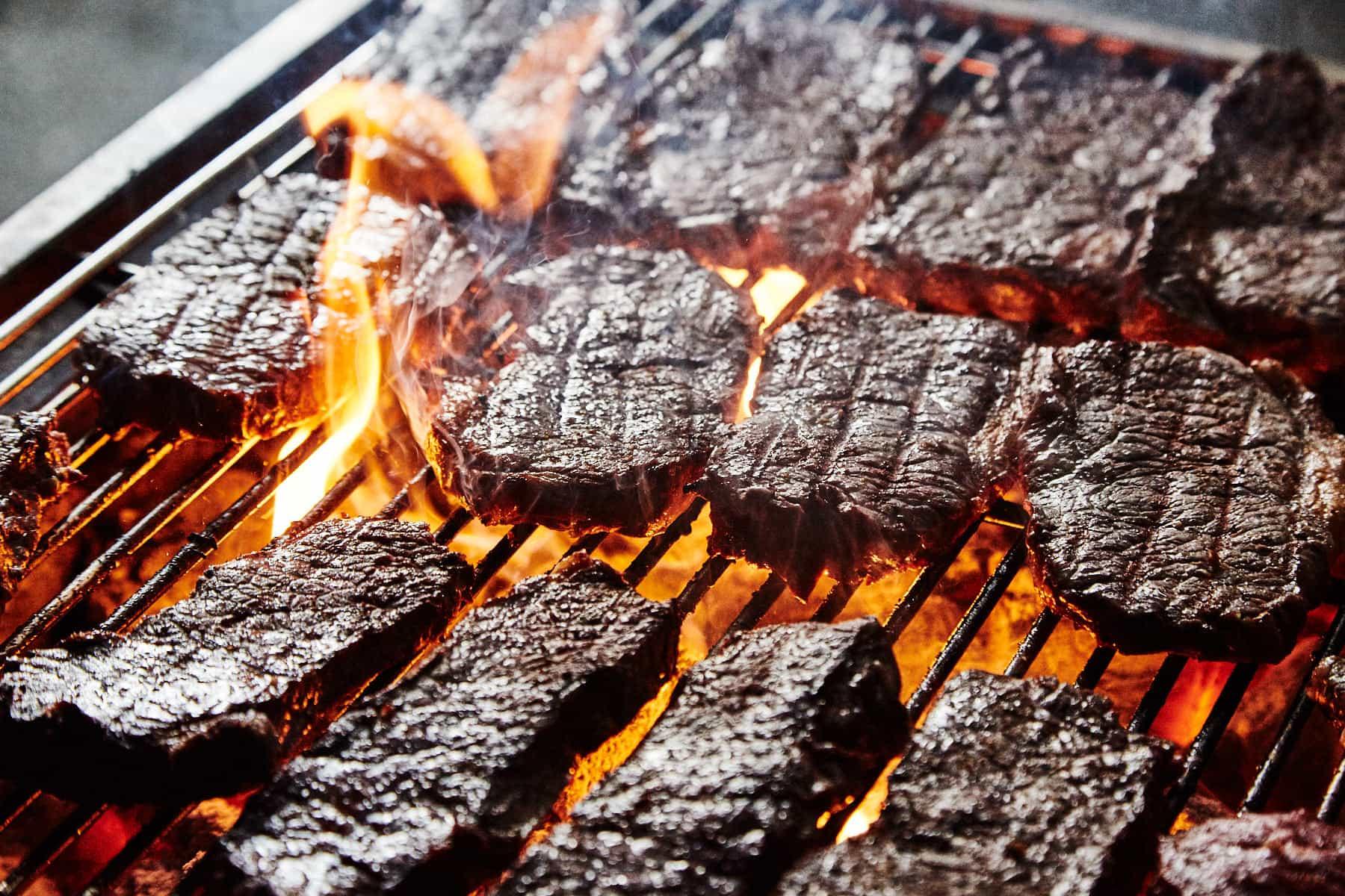 Feinstes Steak auf dem Grill fotografiert vom Trierer Fotografen für Werbefotografie und Events