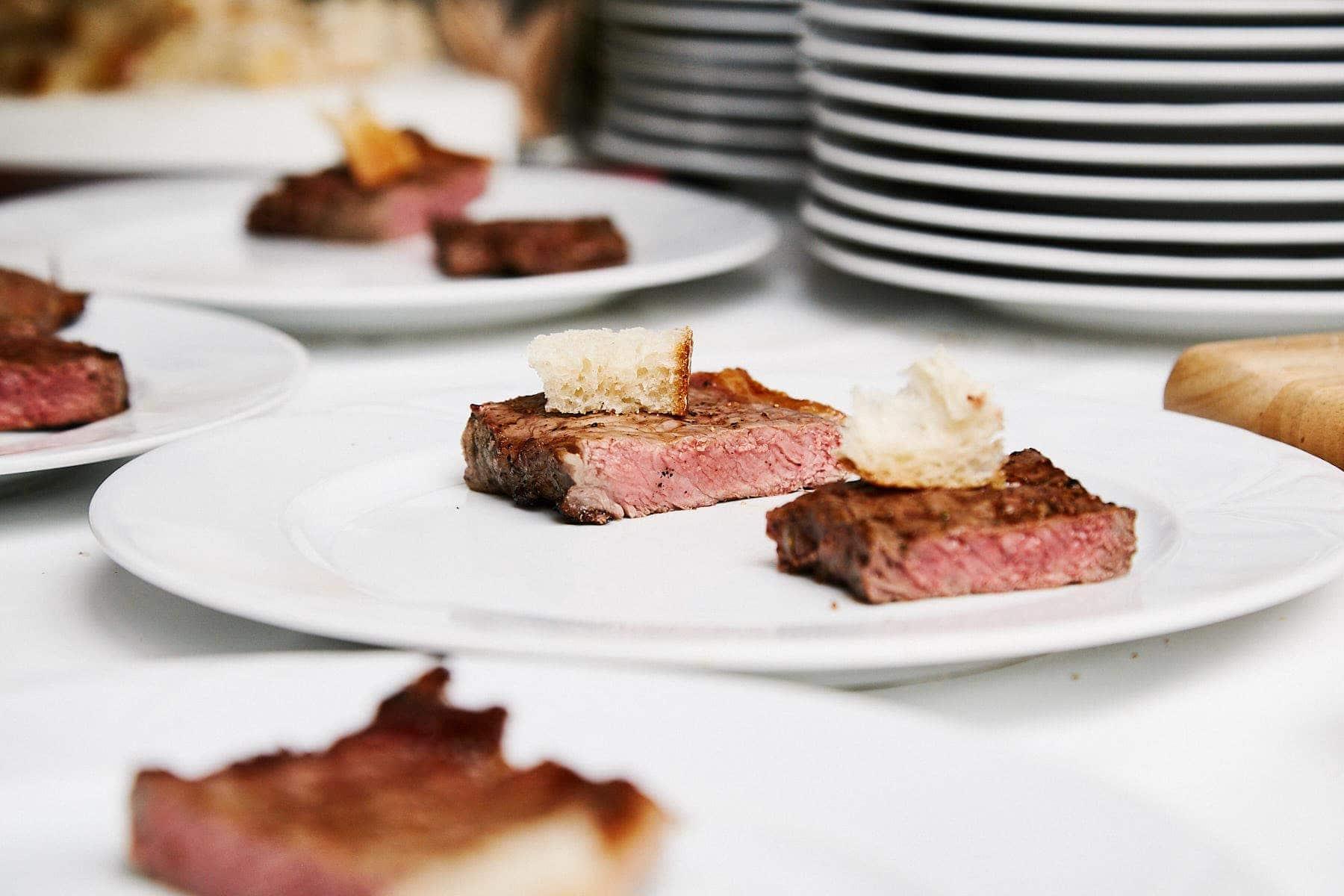 Feinstes Steak angerichtet auf einem Teller beim Steak-Tasting Event der Genussfabrik Trier forografiert von David Kliewer