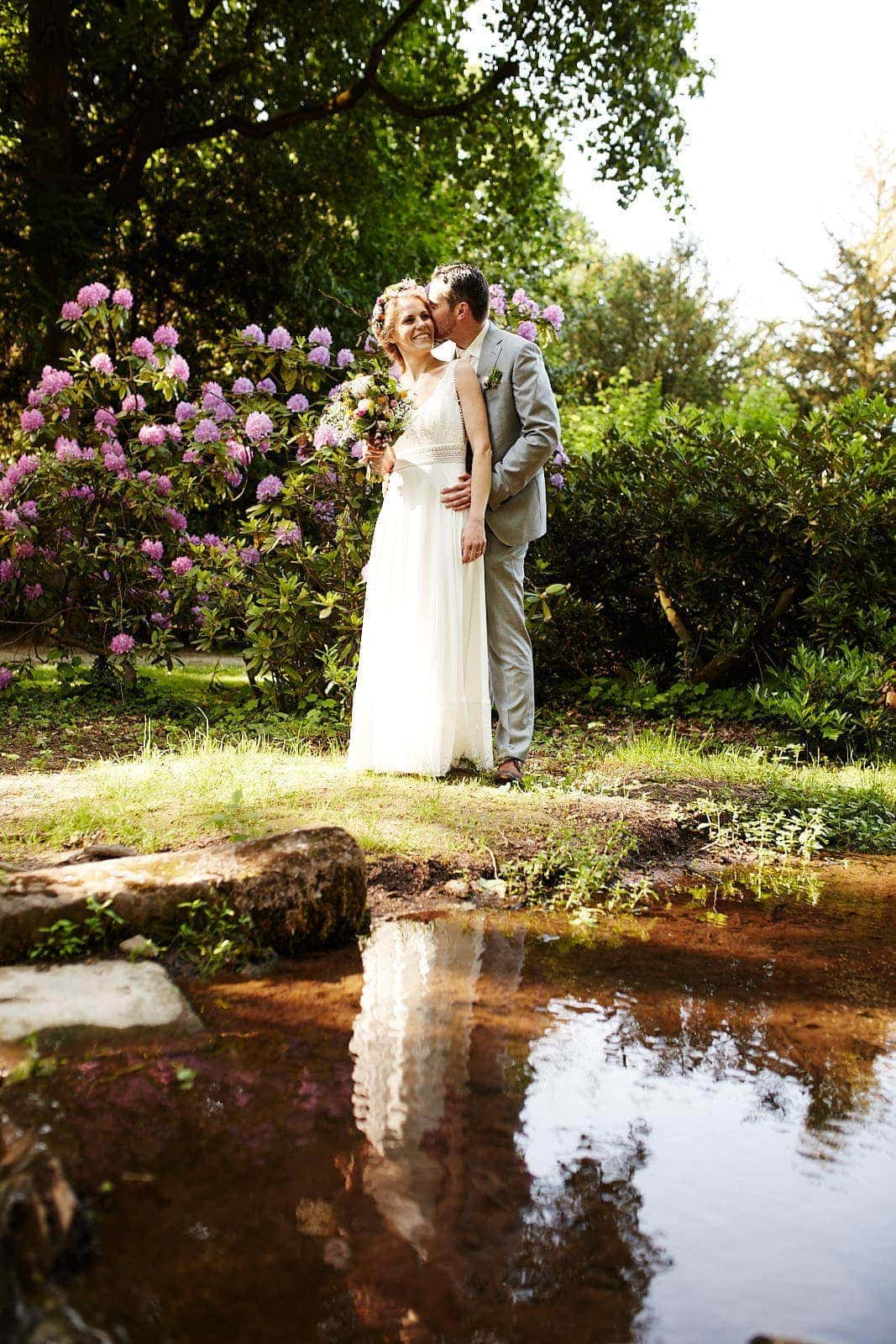 fotograf trier hochzeit brautpaar am wasser im nells park