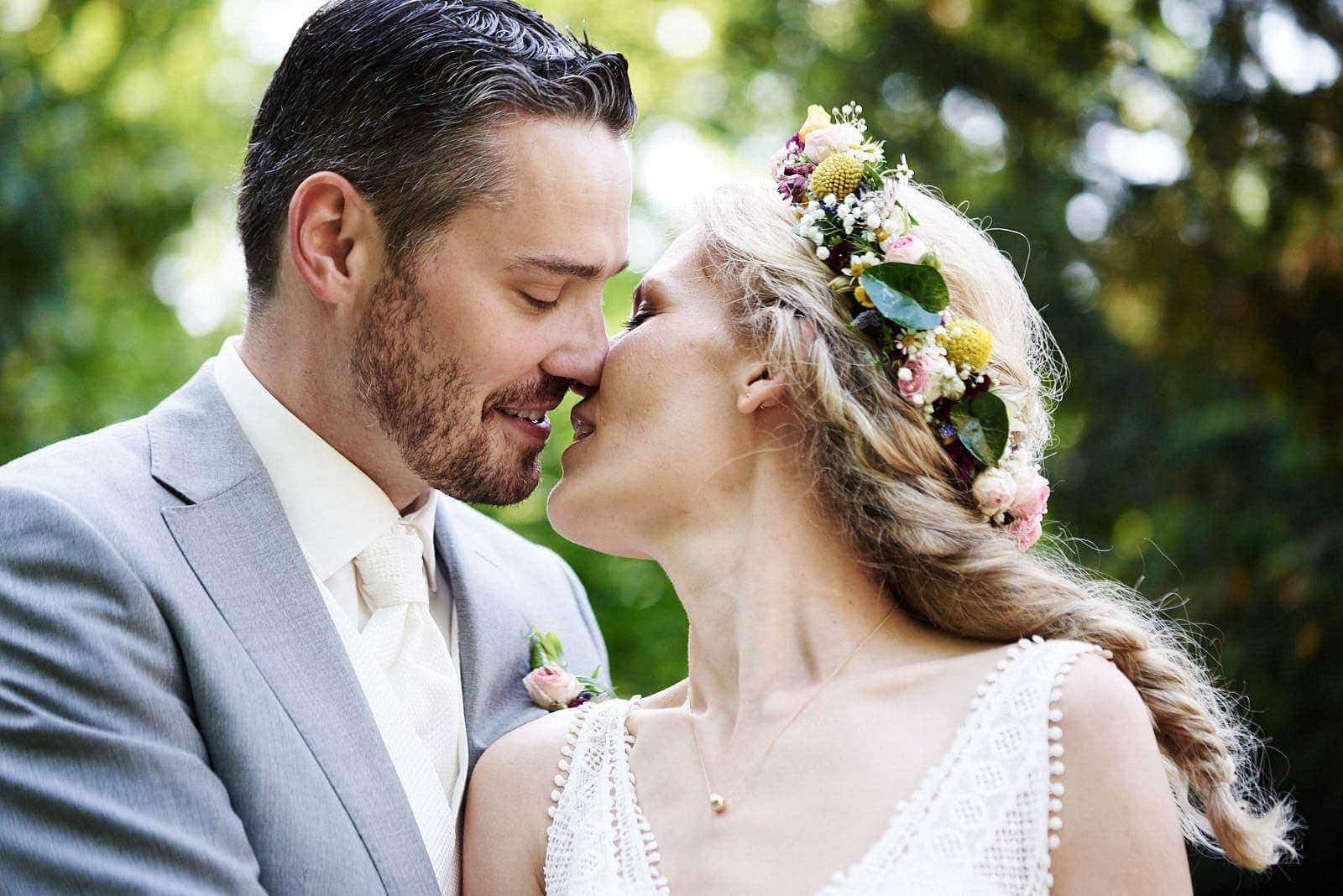 küssendes brautpaar auf einer hochzeit im nells park trier