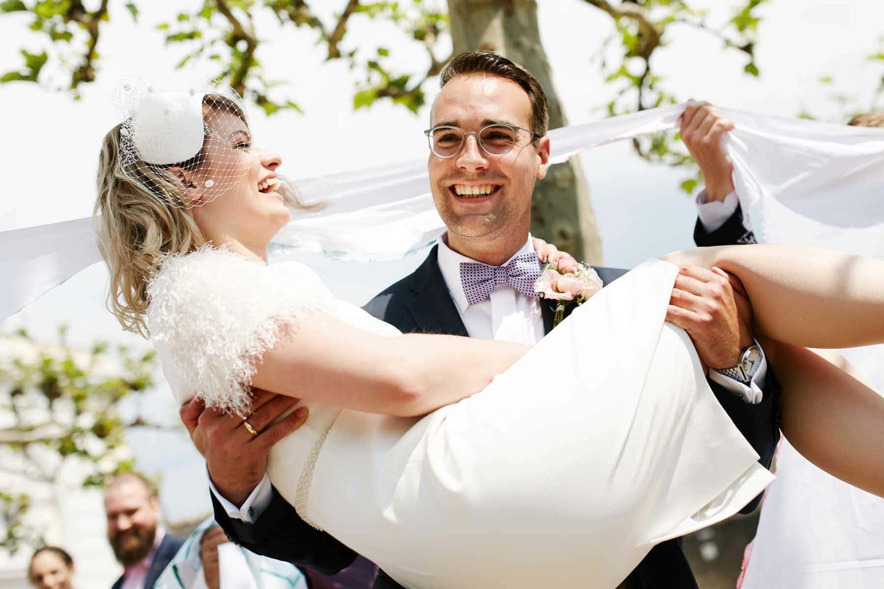 Pures Glück: Das Brautpaar nach der Trauung am Turm Jerusalem