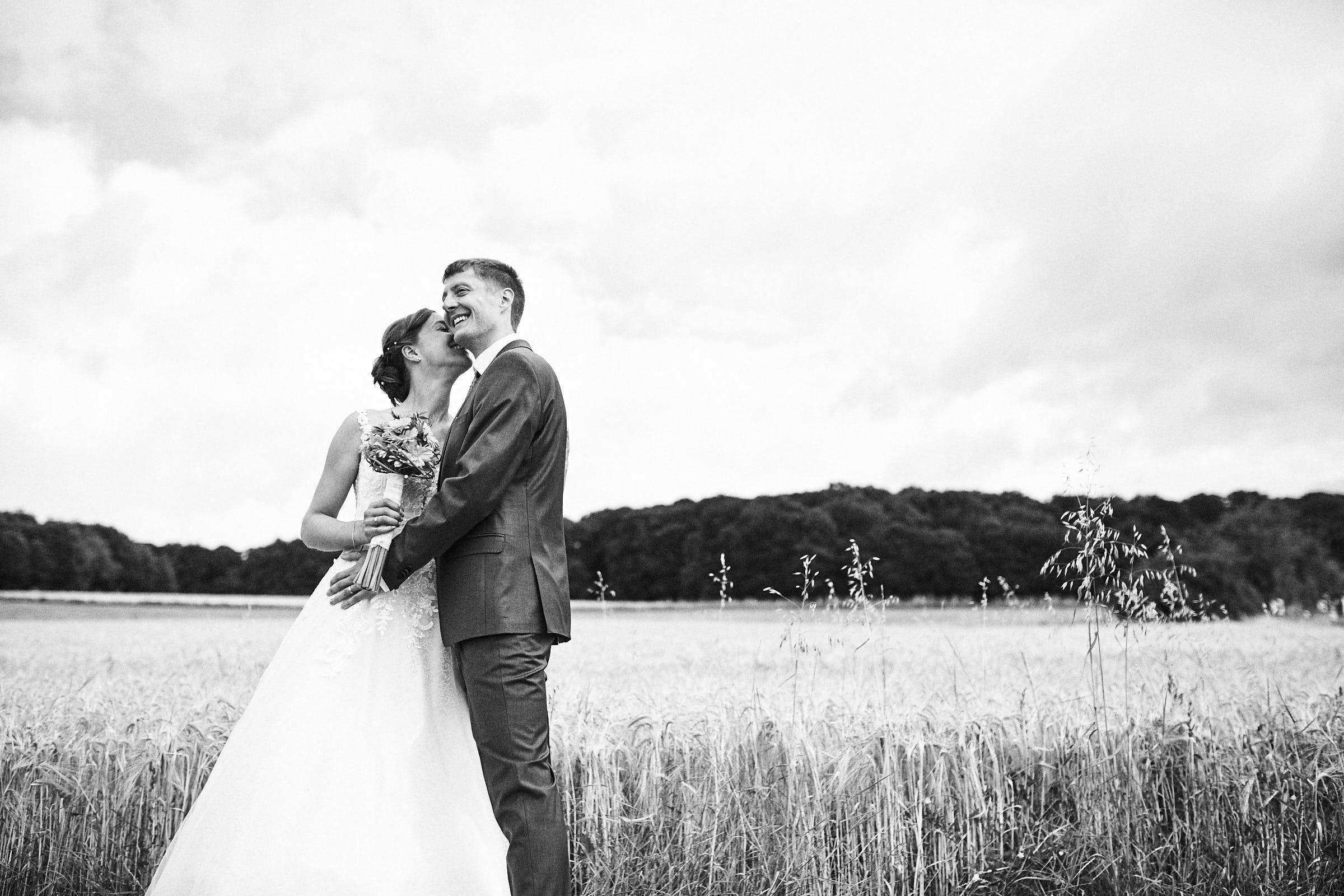 Fotoshooting mit Brautpaar im Kornfeld