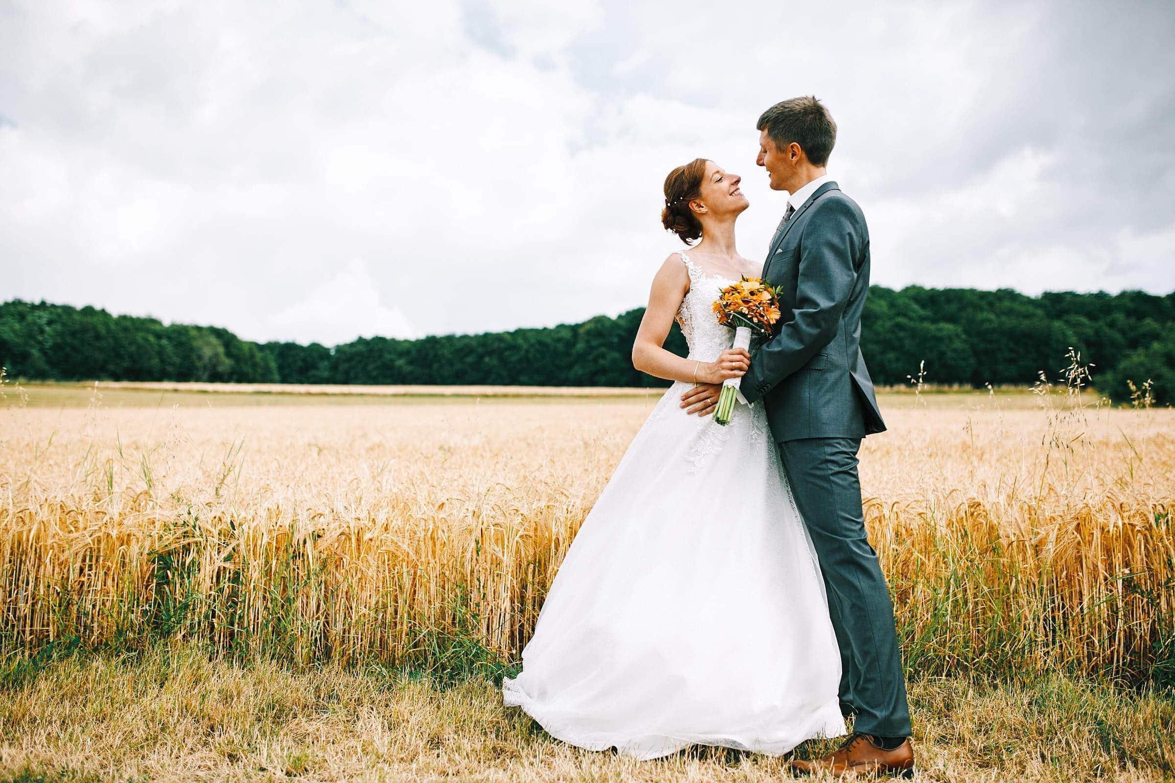 Ungestellte und natürliche Hochzeitsfotos mit Brautpaar im Kornfeld an der Mosel