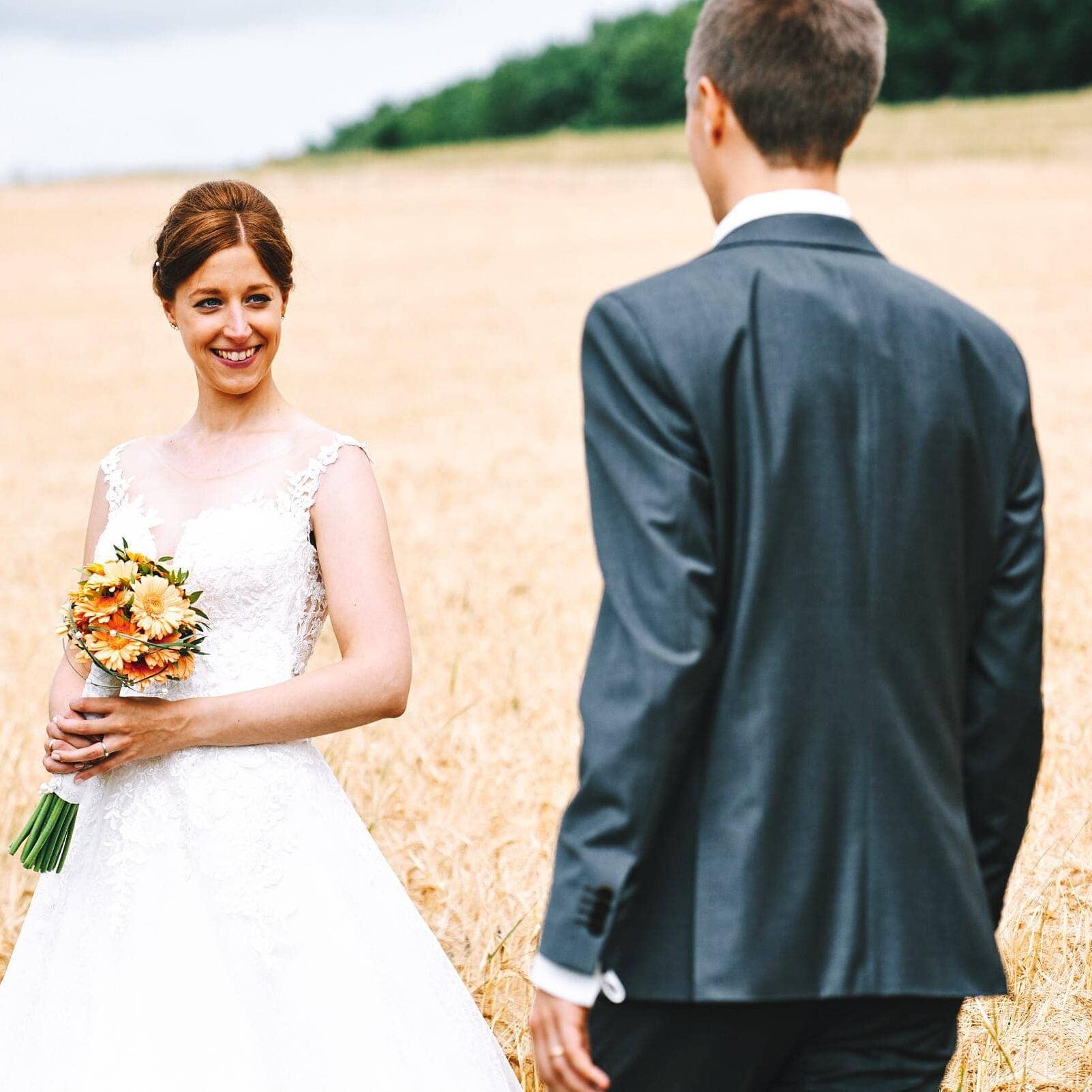 Ausgefallene Hochzeitsfotos mit Brautpaar im Kornfeld an der Mosel