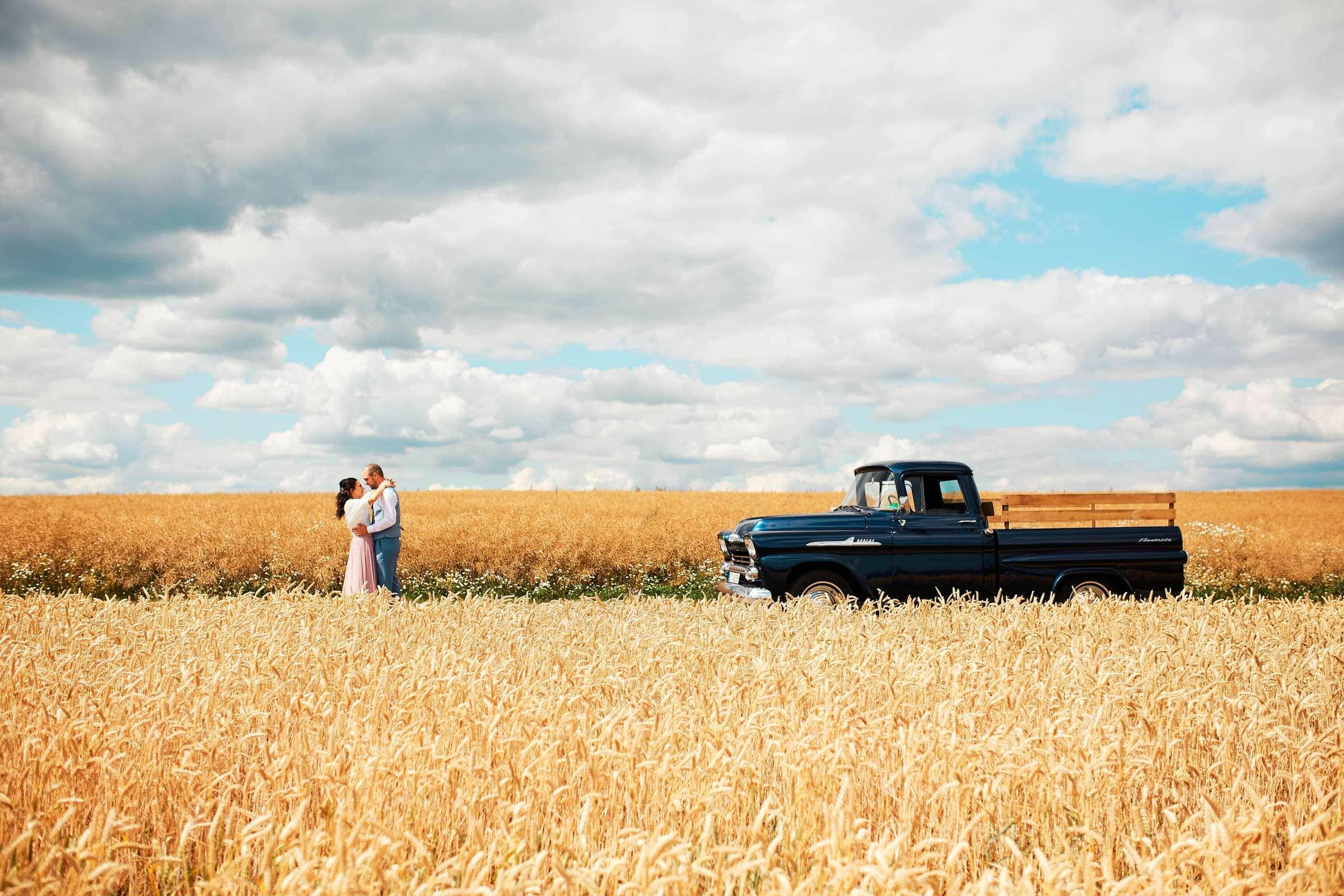 Traumhafte Hochzeitsfotos im Kornfeld mit altem Chevrolet Pickup Truck bei Bitburg.