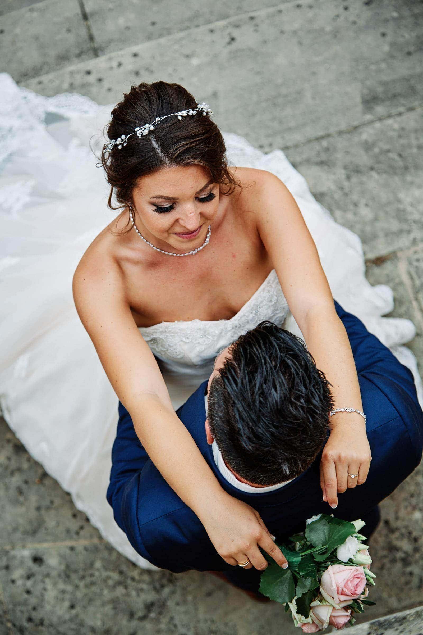 frisch vermählte braut umarmt ihren bräutigam am schloss weilerbach