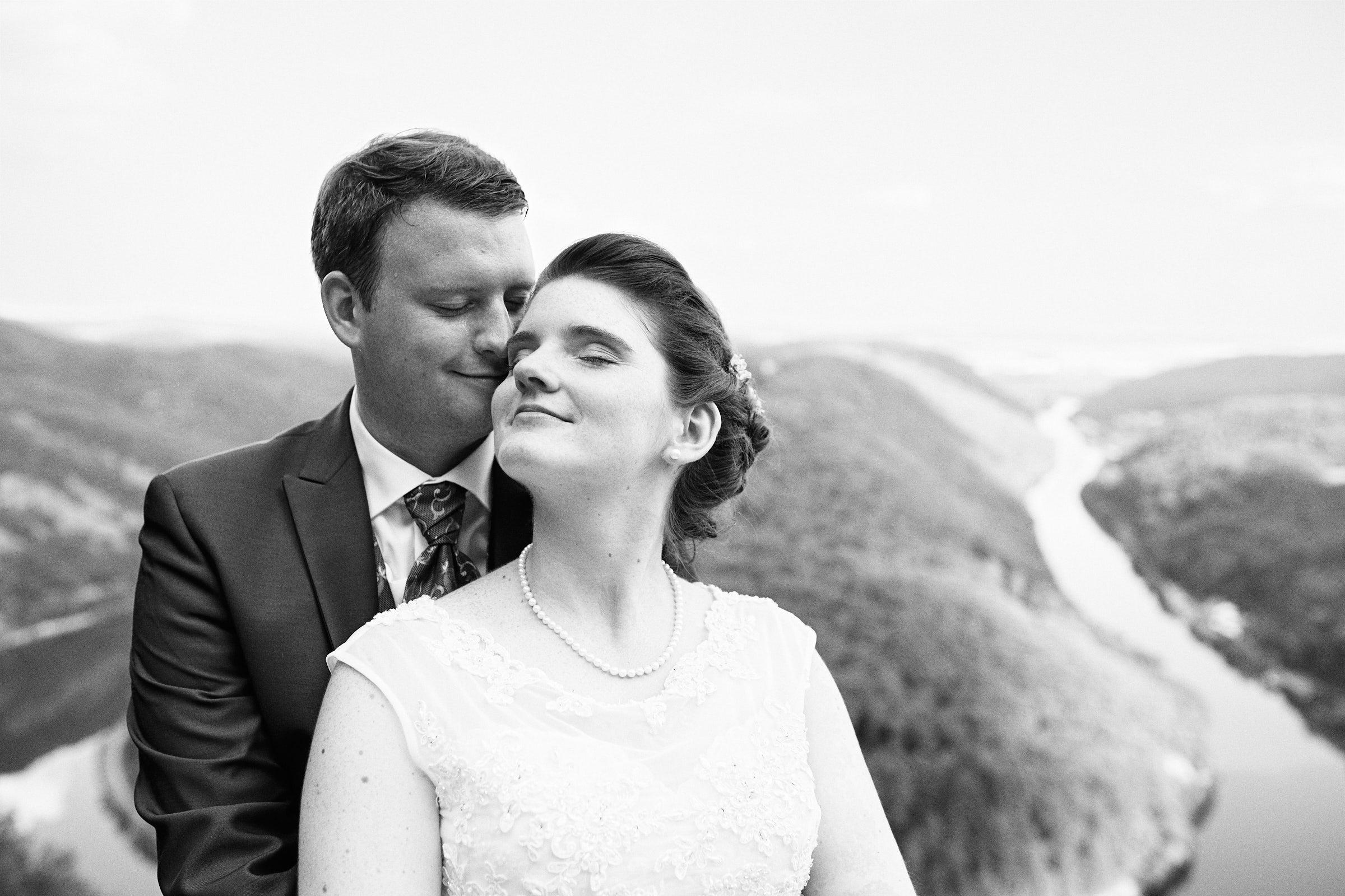 Schwarz Weiß Portrait eines Brautpaares an der Saarschleife bei Mettlach.